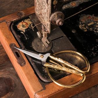 Tijeras en la vieja máquina de coser