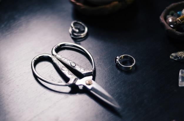 Tijeras vintage de metal con un bonito estampado. herramienta maestra