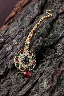 Tika de lujo hermosa. joyería tradicional india.
