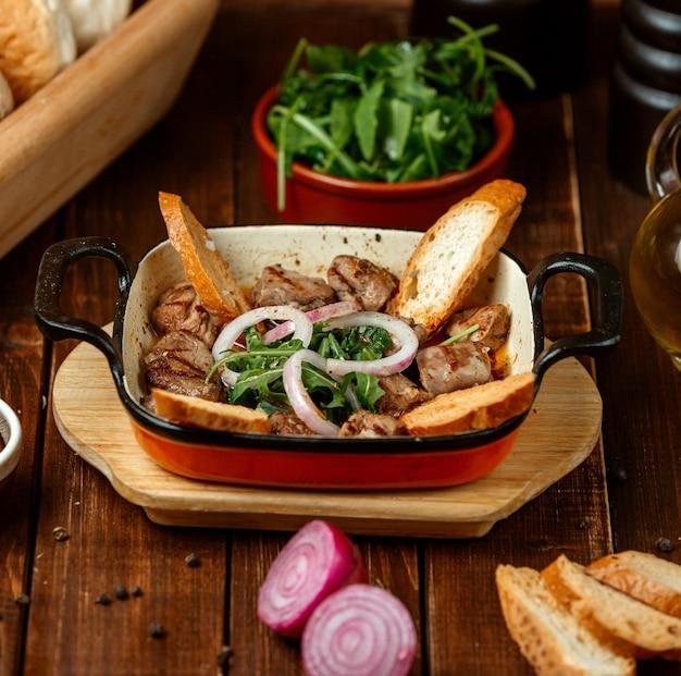 Tike kebab con pan sobre la mesa