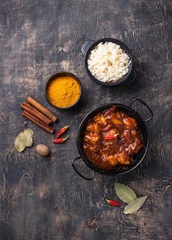 Tikka masala de pollo al curry con arroz