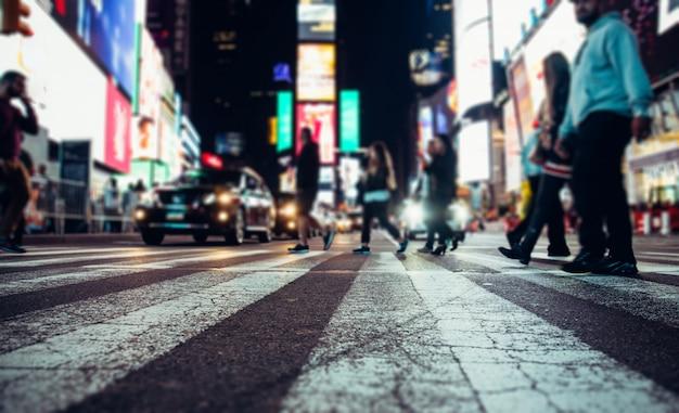 Time square en la noche, foto de concepto borrosa en nueva york