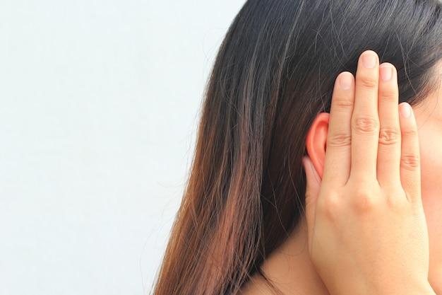Tinnitus, mujer joven que tiene dolor en el oído.