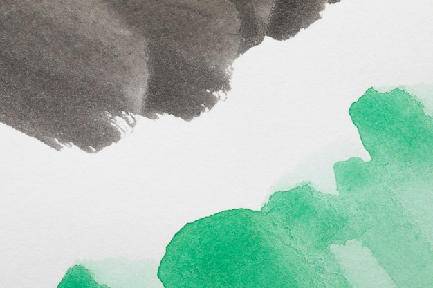 Tinta de colores contrastados abstractos sobre superficie blanca