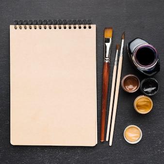 Tinta de vista superior y bloc de notas con espacio de copia