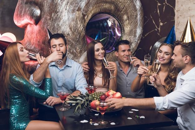 Tintinean vasos y beben champán.