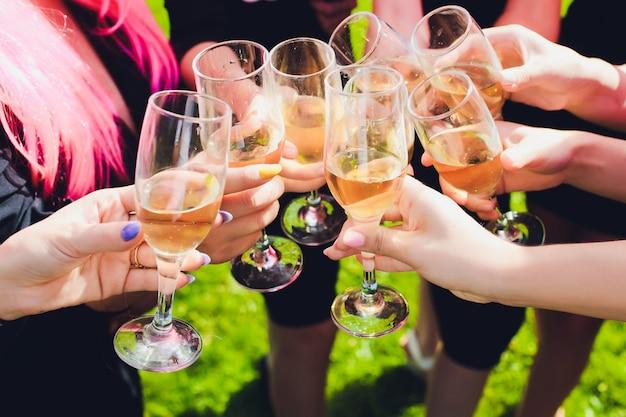 Tintineo de vasos con alcohol y tostado, fiesta. enhorabuena al evento. alegres amigos de fiesta.