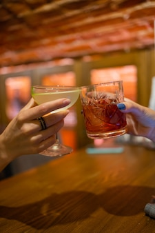 Tintineo de vasos con alcohol y tostado, fiesta.