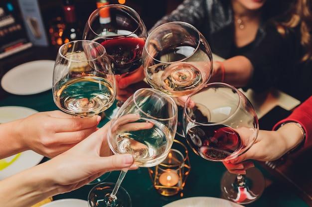 Tintineo de vasos con alcohol y tostado
