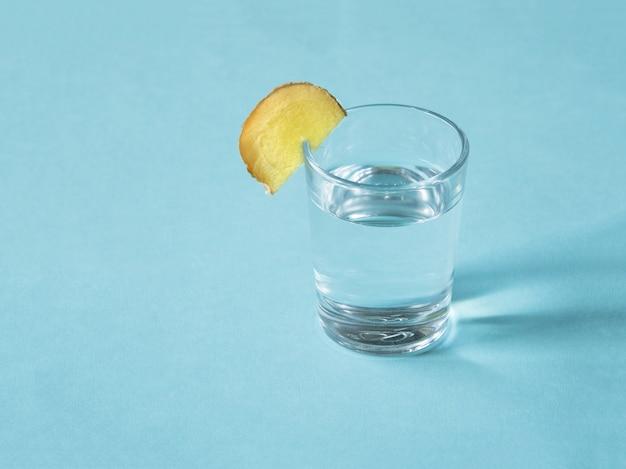 Tintura antiviral de alcohol con raíz de jengibre, fortalecimiento del concepto de inmunidad.