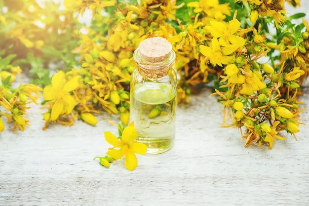 Tintura de hierba de san juan en una pequeña botella.