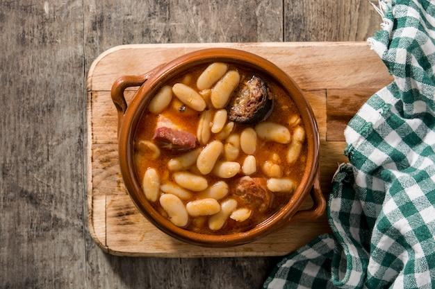 Típica fabada asturiana española en crockpot