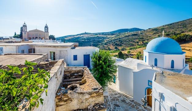 Típica iglesia encalada con cúpula azul en la esquina de la calle, lefkes, isla de paros, grecia