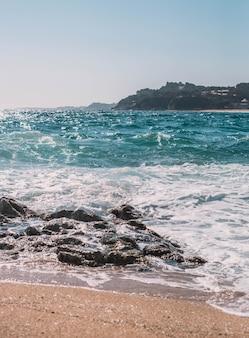 Típica playa mediterránea en un pueblo de la costa brava