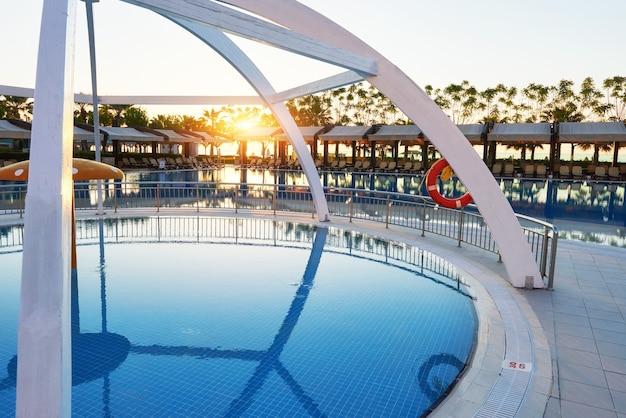Tipo de complejo de entretenimiento. el popular complejo con piscinas y parques acuáticos en turquía. hotel de lujo. recurso.