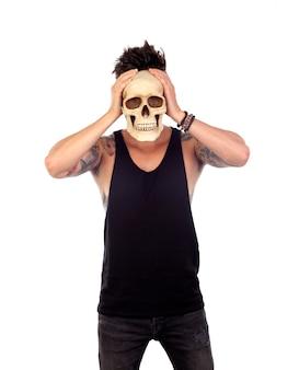 Tipo oscuro con un cráneo humano.