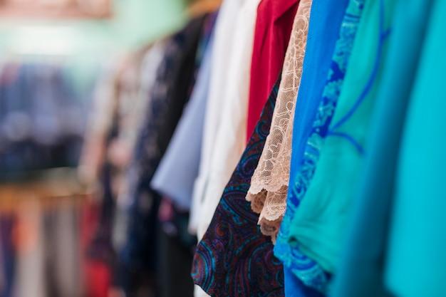 Tipo de ropa colgada en la barandilla de la tienda.