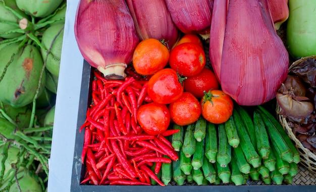 Tipo de verduras tailandesas en estilo de cocina tailandesa, tomates, chiles, flor de plátano