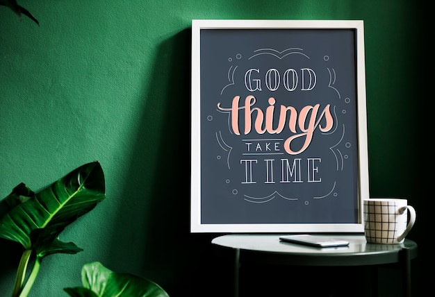 Una tipografía de motivación impresa en el escritorio contra la pared verde.