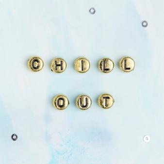 Tipografía de palabra de perlas de chill out de oro