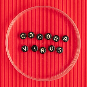 Tipografía de texto de cuentas de coronavirus en rojo