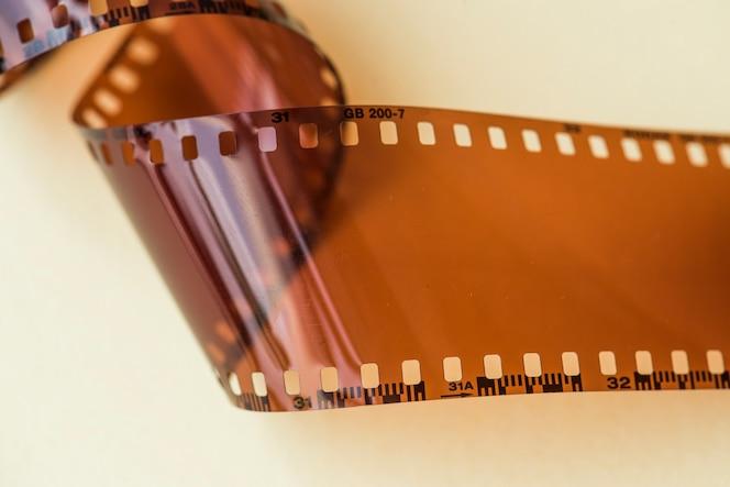 Tira de la película en blanco aislada en el fondo blanco