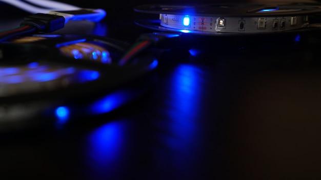 Tira de diodos para decoración de interiores. cinta de luces led. color azul oscuro