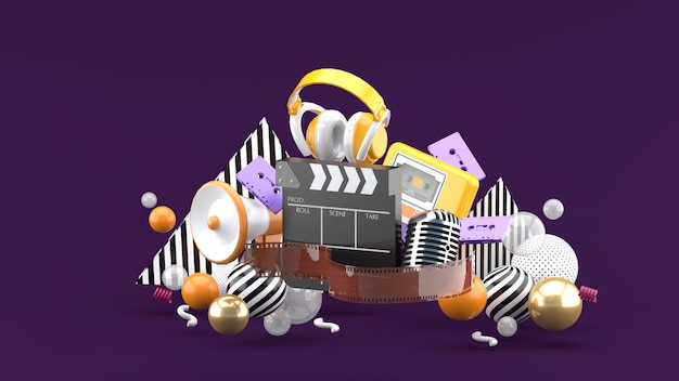 Tira de película y badajo películas y entretenimiento en el espacio púrpura