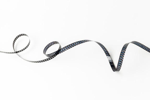 Tira de película rizada aislada sobre fondo blanco
