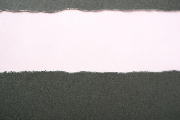 Tira rasgada rasgada de papel gris