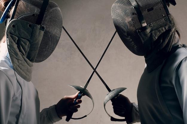 Tirador con espada de esgrima. concepto de duelo de esgrima.
