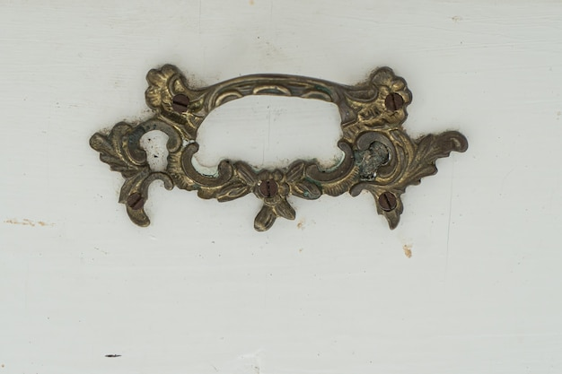 Tirador de muebles antiguos, tirador de muebles de bronce sobre un fondo blanco, tirador para muebles antiguos, pomo de muebles antiguos