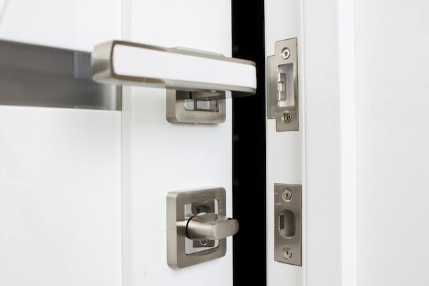 Tirador de satén moderno y contemporáneo. puerta blanca moderna con tirador de metal cromado.