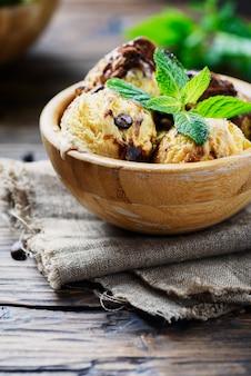 Tiramisú de helado italiano con café y menta