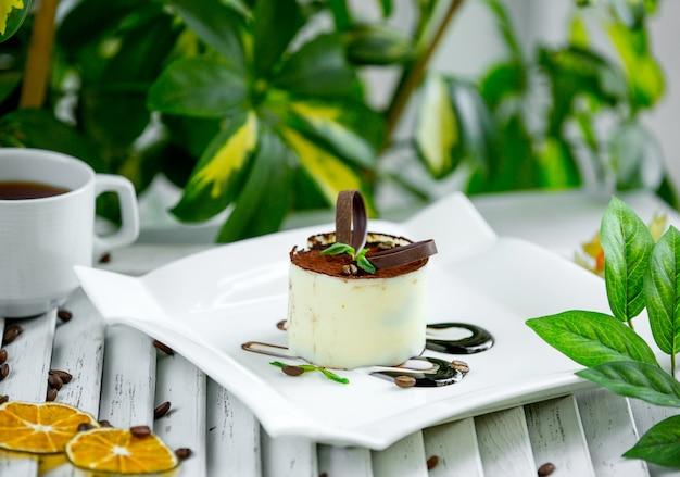 Tiramisú de leche con chocolate sobre la mesa