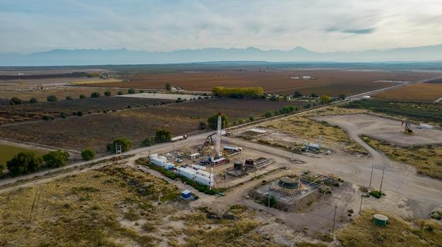 Tirando de equipos en campo petrolífero entre montaña