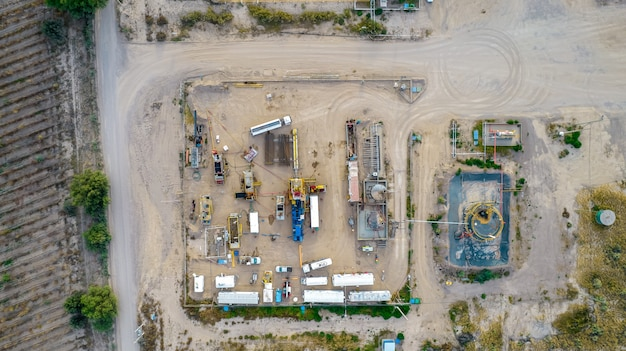 Tirando de equipos en campo petrolífero. vista aérea