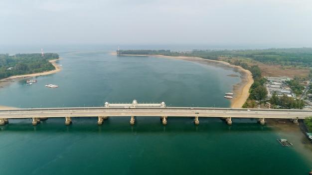 Tiro aéreo del abejón de la vista superior del puente con los coches en el concepto del fondo del transporte de la imagen del camino del puente situado en el puente de sarasin phuket tailandia.