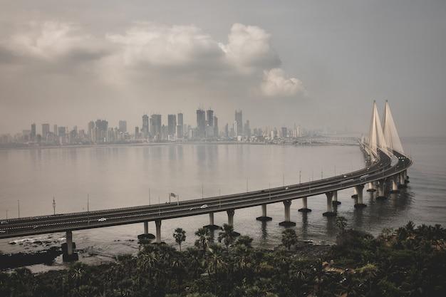 Tiro de ángulo alto de bandra worli sealink en mumbai envuelto en niebla