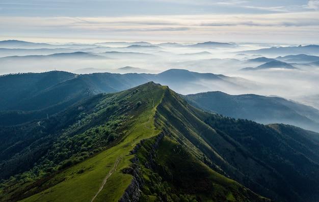 Tiro de ángulo alto de colinas brumosas