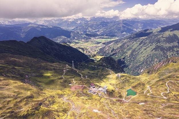 Tiro de ángulo alto de las colinas cubiertas de hierba capturadas en un día nublado
