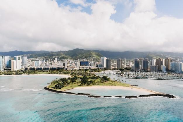 Tiro de ángulo alto de edificios de la ciudad con una hermosa vista de la orilla del mar