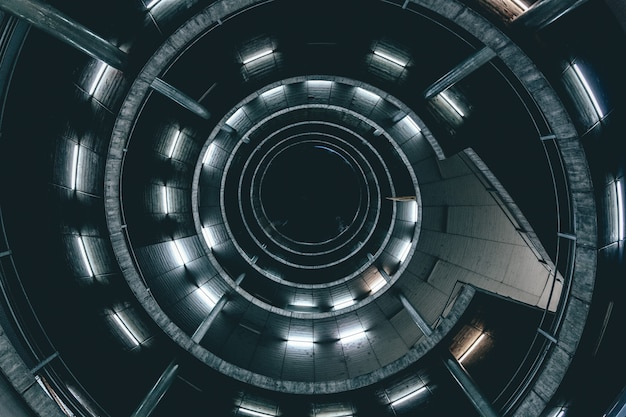 Tiro de ángulo alto de una escalera de caracol con luces