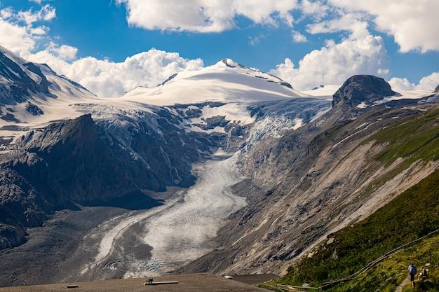 Tiro de ángulo alto de montañas nevadas en un día nublado