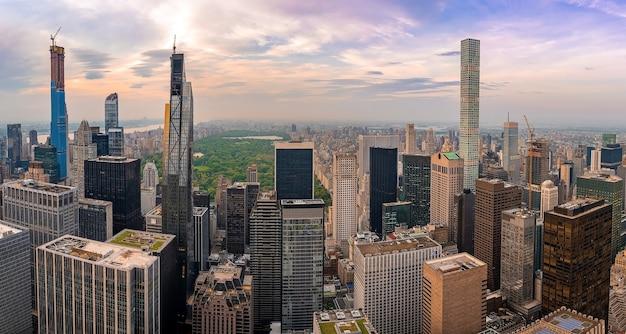 Tiro de ángulo alto de los rascacielos en la noche en nueva york, estados unidos