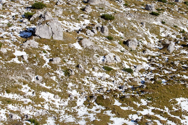 Tiro de ángulo alto de texturas terrestres en los alpes italianos