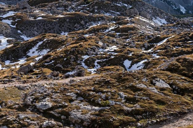 Tiro de ángulo alto de texturas de tierra en los alpes italianos
