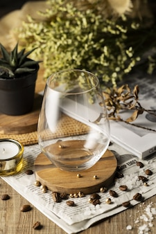 Tiro de ángulo alto vertical de un vaso vacío sobre una mesa de madera bellamente decorada
