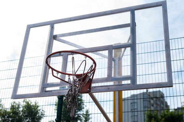 Tiro de ángulo bajo de aro de baloncesto