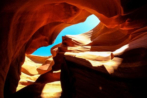 Tiro de ángulo bajo del cañón del antílope en arizona en un día soleado
